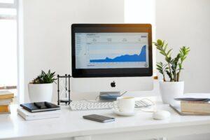 Computer con dati statistici pinterest google analytics